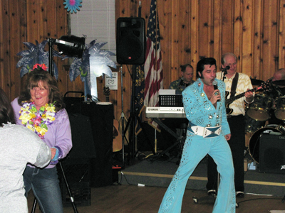 Vegas Headliner Craig Newell sings the Elvis classics to the nearly 100 veteran supporters who came out for the night of great food and music.